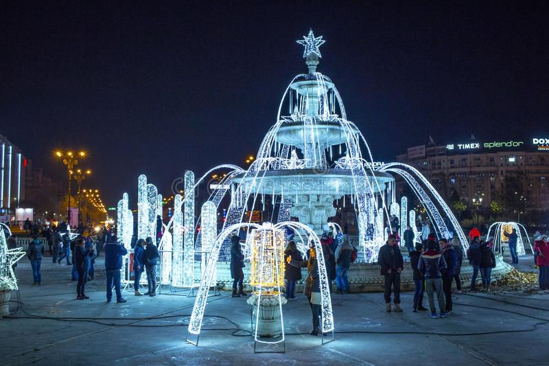 布加勒斯特用圣诞灯装饰的中心城市喷泉 免版税库存图片