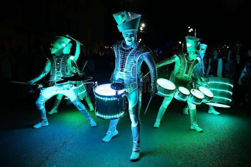 布加勒斯特聚光灯与光的节日drumers 免版税图库摄影