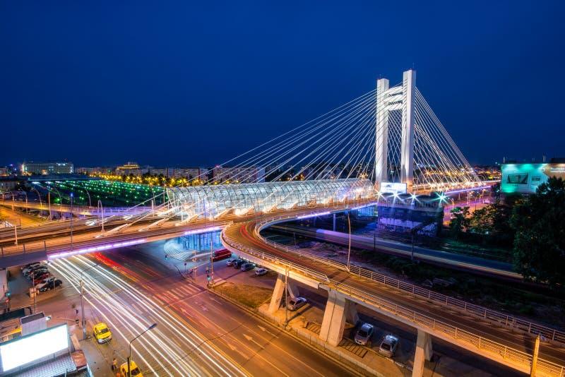 布加勒斯特Basarab桥梁- podul Basarab,布加勒斯特夜都市风景 库存照片