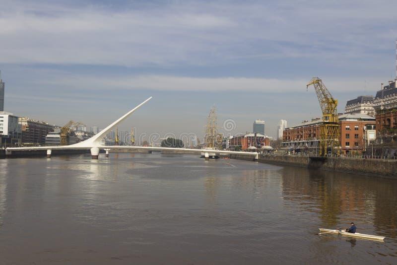 布宜诺斯艾利斯El普恩特de La Mujer偶象地标看法或者妇女的桥梁 马德罗港布宜诺斯艾利斯阿根廷 免版税库存图片