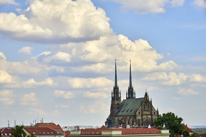布尔诺,圣徒彼得和保罗大教堂好日子视图的从Spilberk城堡 免版税库存照片