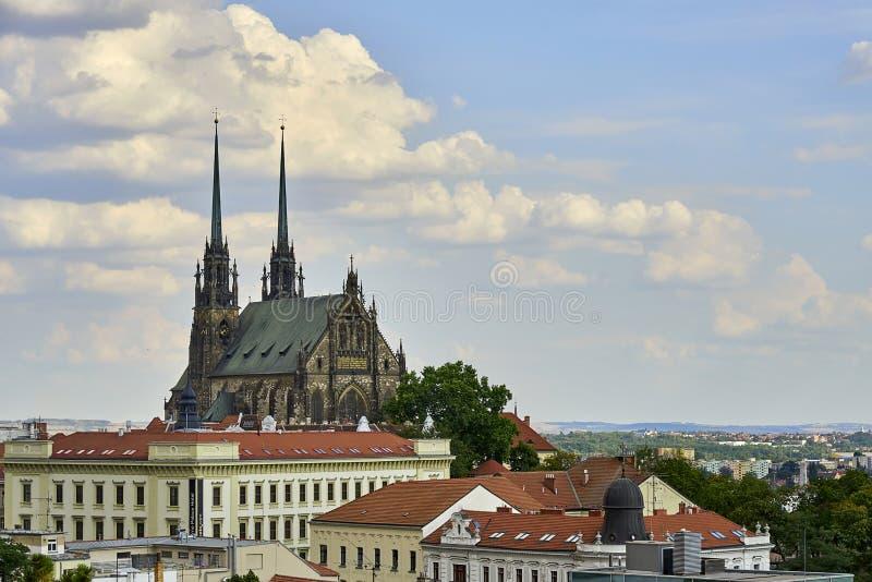 布尔诺,圣徒彼得和保罗大教堂好日子视图的从Spilberk城堡 免版税库存图片