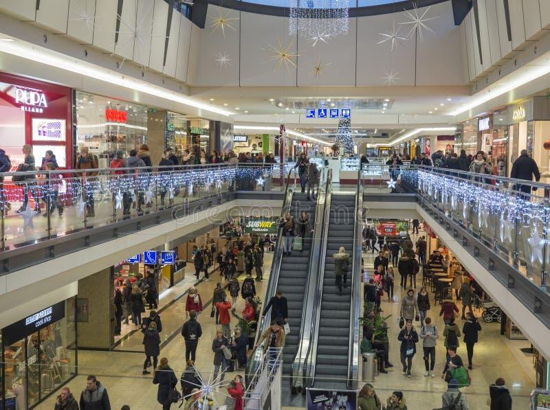 布尔诺,捷克,2018年12月14日:做在最大的购物中心画廊的人们圣诞礼物购物 库存图片