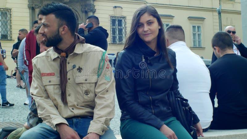 布尔诺,捷克,2019年5月1日:在传统服装衬衣有标志的和俏丽的女孩的吉普赛童子军在 库存照片