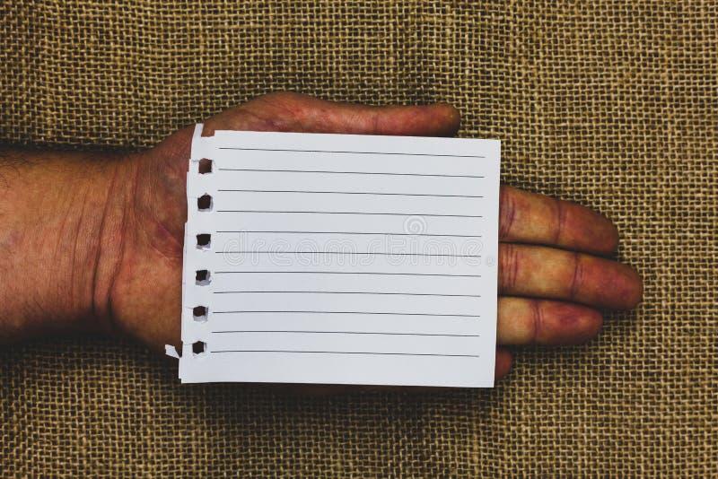 布局的企业空的模板邀请贺卡促进海报证件拿着片断笔记本的人手的 免版税库存照片