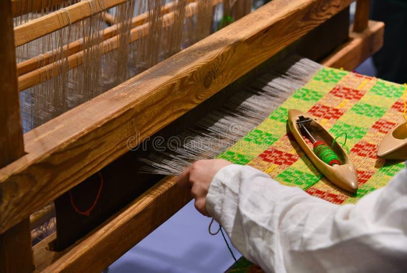 织布工在织布机的工作 库存图片