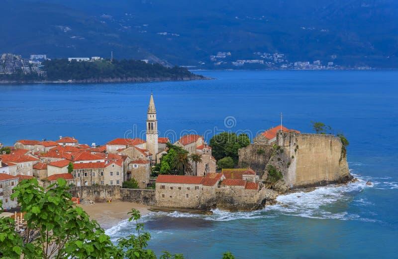 布德瓦奥尔德敦和城堡和亚得里亚海在日落的黑山 免版税库存照片