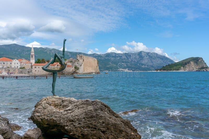 布德瓦的芭蕾舞女演员舞蹈家的布德瓦,黑山雕象反对布德瓦,布德瓦,黑山奥尔德敦的在莫格伦海滩附近的 ?treadled 库存图片