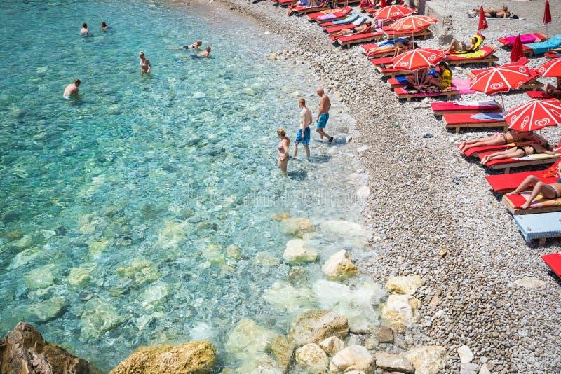 布德瓦,黑山- 2018年6月17日:在海岛上的夏威夷海滩  库存照片