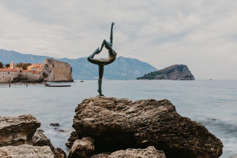 布德瓦,黑山- 2018年11月05日:布德瓦的雕塑芭蕾舞女演员舞蹈家的美丽的景色日落的在布德瓦 免版税库存图片