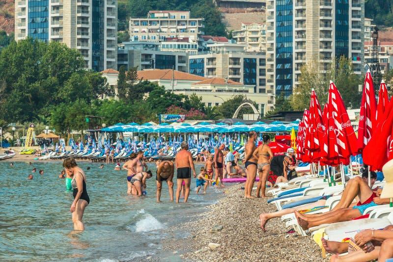 布德瓦,黑山- 2017年8月27日:布德瓦,黑山,欧洲现代海滩镇的全景  免版税库存照片