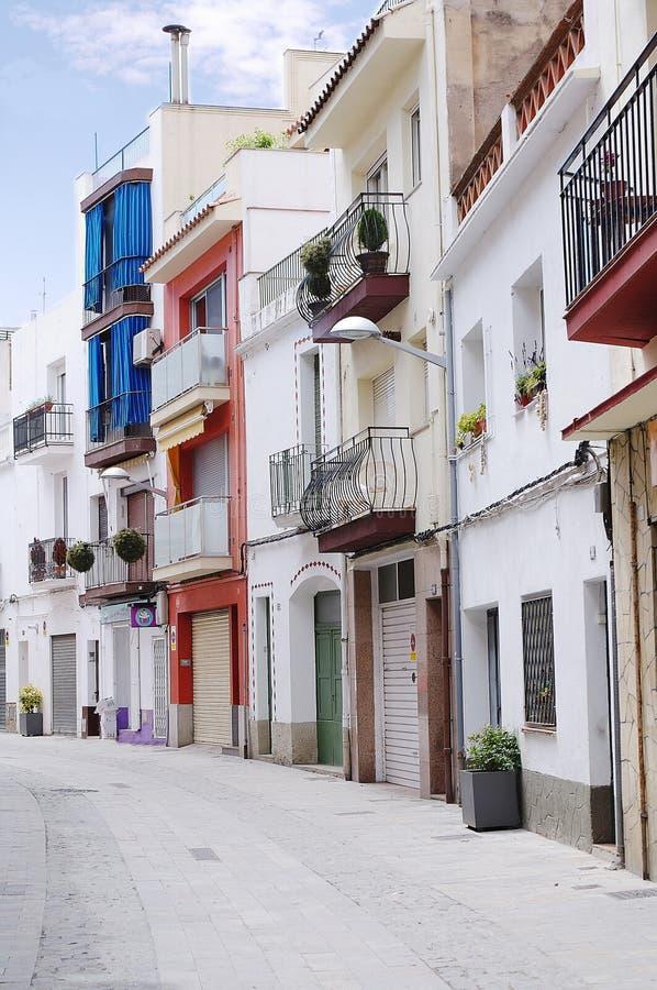 布拉内斯,西班牙传统街道的美丽的景色  有传统西班牙老建筑学的街道 免版税图库摄影