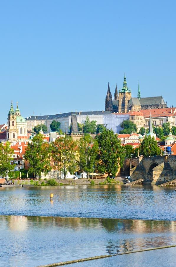 布拉格、波希米亚、捷克和统治布拉格城堡和一部分令人惊讶的地平线的查理大桥 历史老镇 免版税库存图片