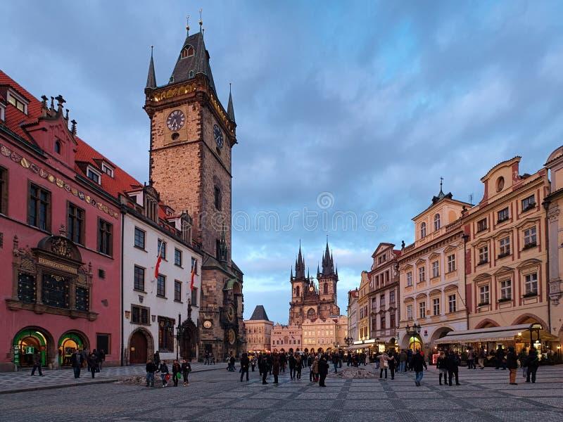 布拉格、老城镇我们的夫人市政厅和教会  库存照片