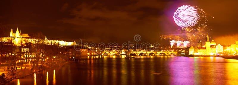 布拉格中心全景在新年烟花期间的晚上 库存图片