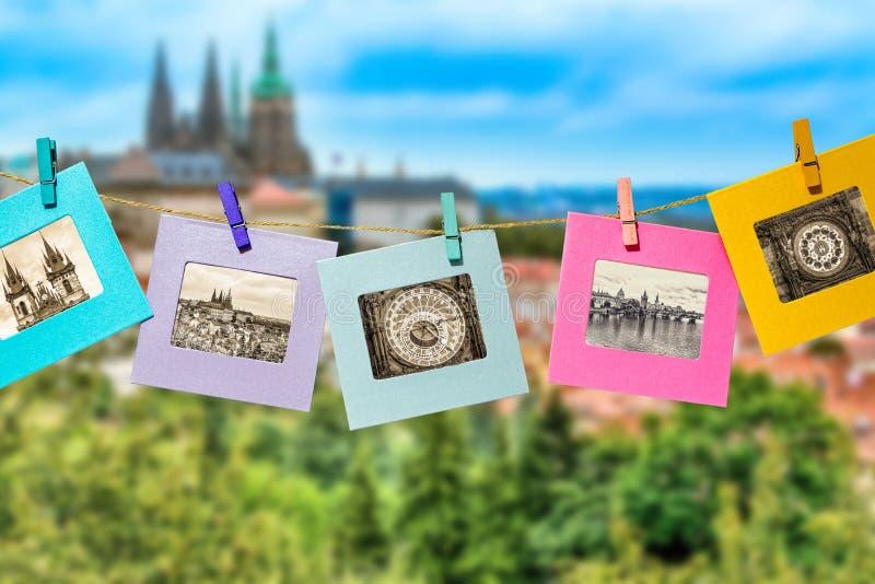 布拉格主要地标的老照片乐趣框架的,附有与衣裳钉晒衣夹垂悬的抨击的绳索 免版税库存照片