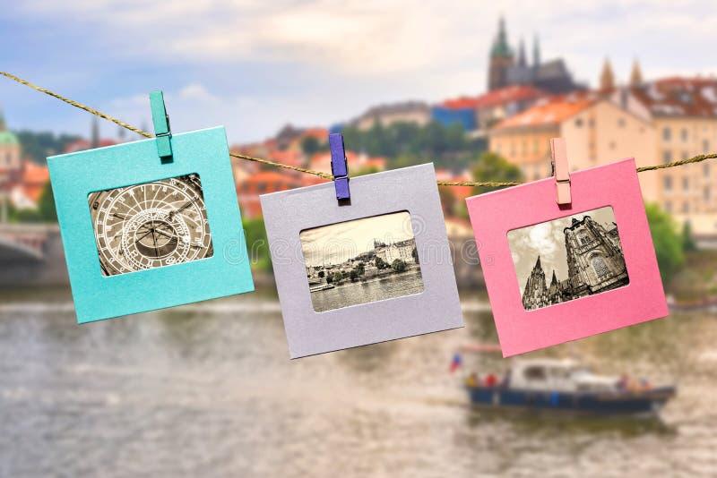 布拉格主要地标的老照片乐趣框架的,附有与衣裳钉晒衣夹垂悬的抨击的绳索 免版税库存图片