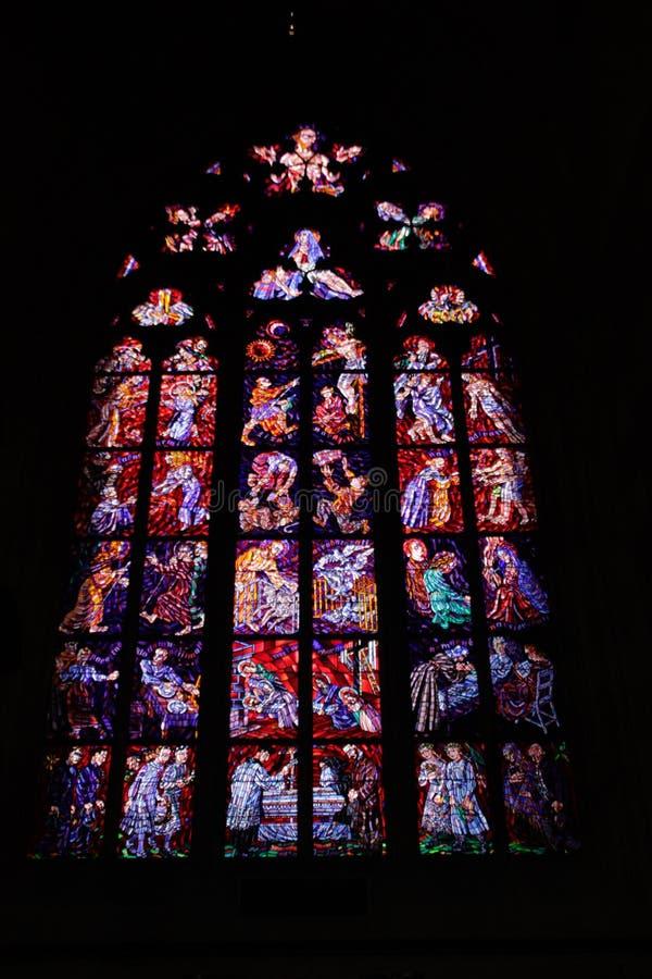 布拉格主要大教堂的污迹玻璃窗  免版税图库摄影