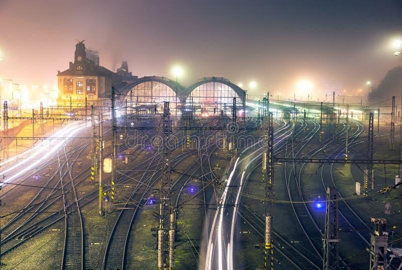 布拉格主要火车站在有雾的秋天夜 免版税库存图片