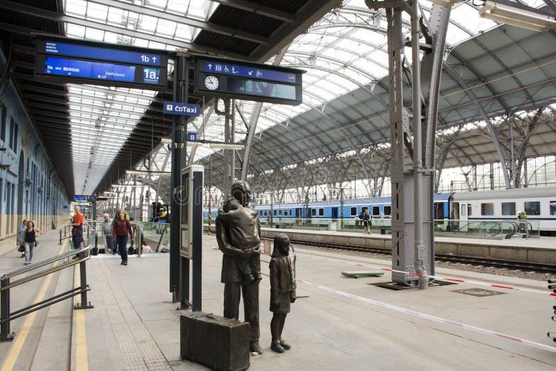 布拉格主要火车站或普拉哈hlavni nadrazi的古铜色雕象czechia家庭人民 图库摄影