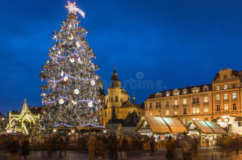 布拉格圣诞节市场在夜在老镇中心 Tyn储 免版税库存照片