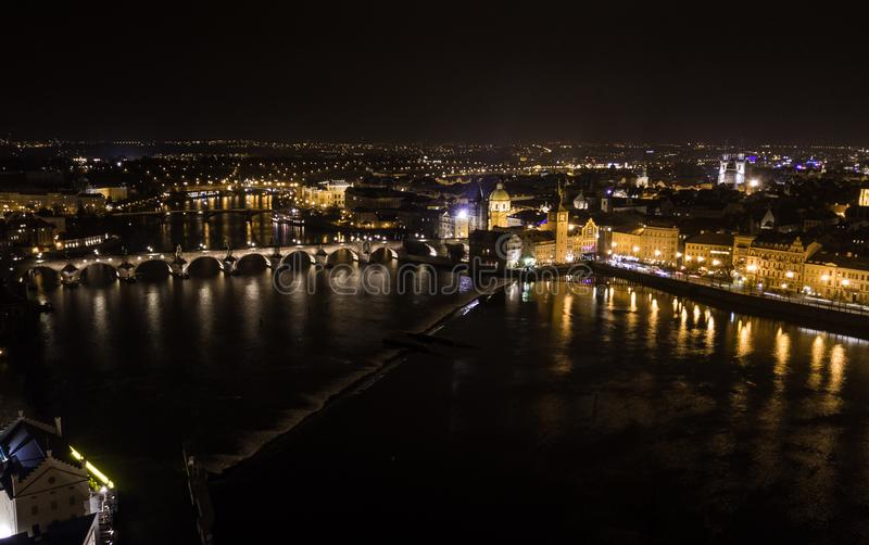 布拉格地区看法在与查理大桥的晚上在中部 库存照片