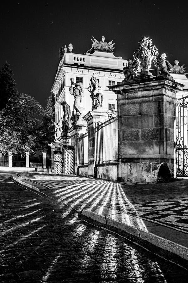 布拉格城堡主闸有作战的巨人雕象的Hradcanske广场的,布拉格,捷克 免版税库存照片