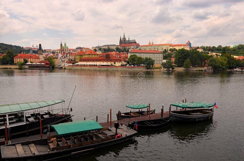 布拉格城堡全景与圣徒Vitus大教堂和其他历史大厦的 图库摄影