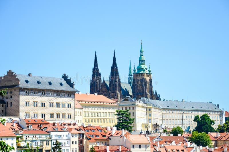 布拉格城堡和圣维塔斯大教堂令人惊讶的看法在布拉格,捷克在与历史一个晴天拍摄了 免版税库存图片