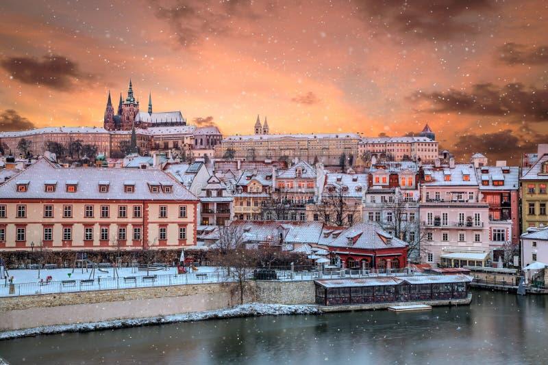 布拉格城堡和奥尔德敦在冬天,捷克 免版税库存照片