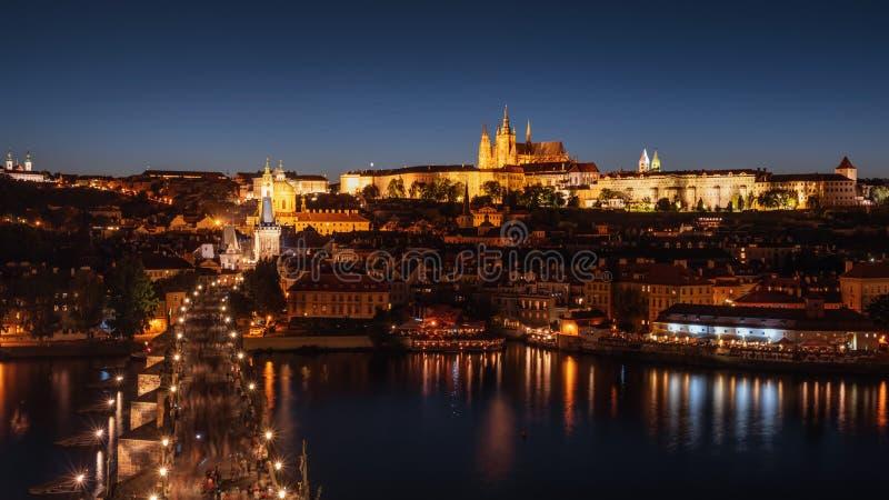 布拉格城堡和查理大桥的夜景 免版税库存图片
