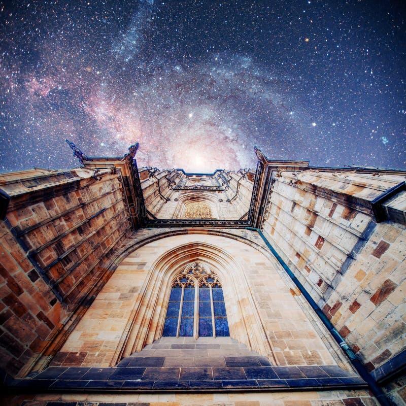 布拉格城堡的St Vitus大教堂在清楚的蓝色下 免版税库存图片