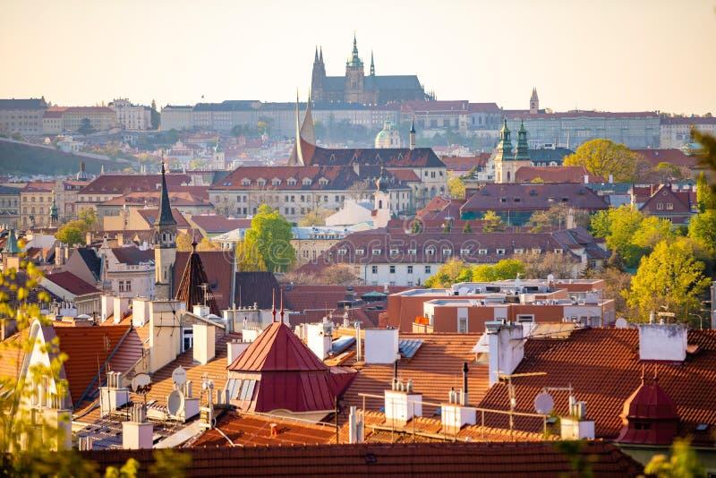 布拉格城堡看法在红色屋顶的从在日落光的Vysehrad地区,布拉格,捷克 库存图片