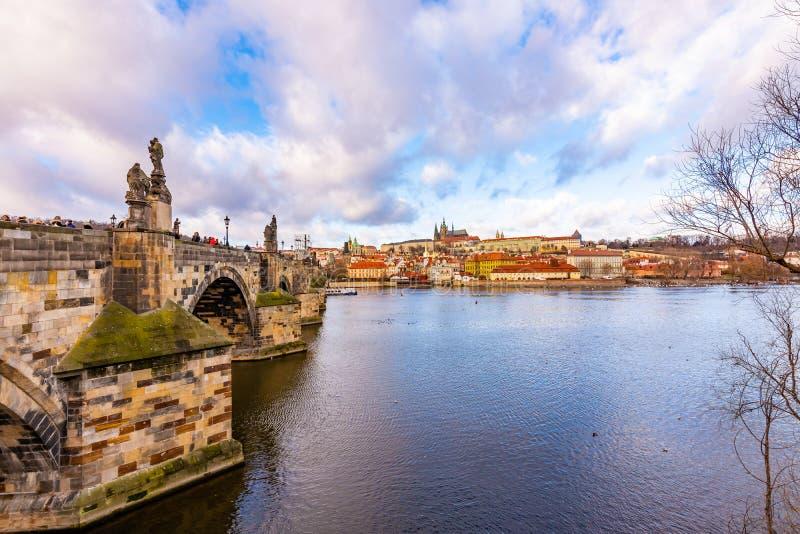 布拉格城堡Hradcany布拉格市scape panoramatic视图在本机的讲话 在伏尔塔瓦河河的查尔斯桥梁附近 布拉格 库存照片