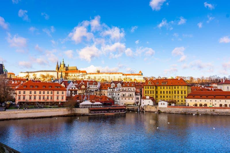 布拉格城堡Hradcany布拉格市scape panoramatic视图在本机的讲话 在伏尔塔瓦河河的查尔斯桥梁附近 布拉格 免版税库存图片