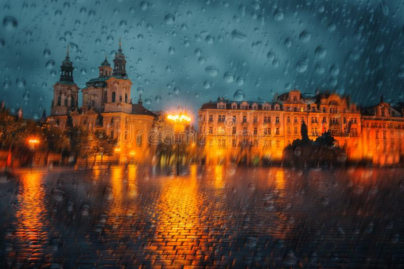 布拉格奥尔德敦广场多雨天气的,看法通过湿窗口,照片艺术图象,捷克 免版税库存图片