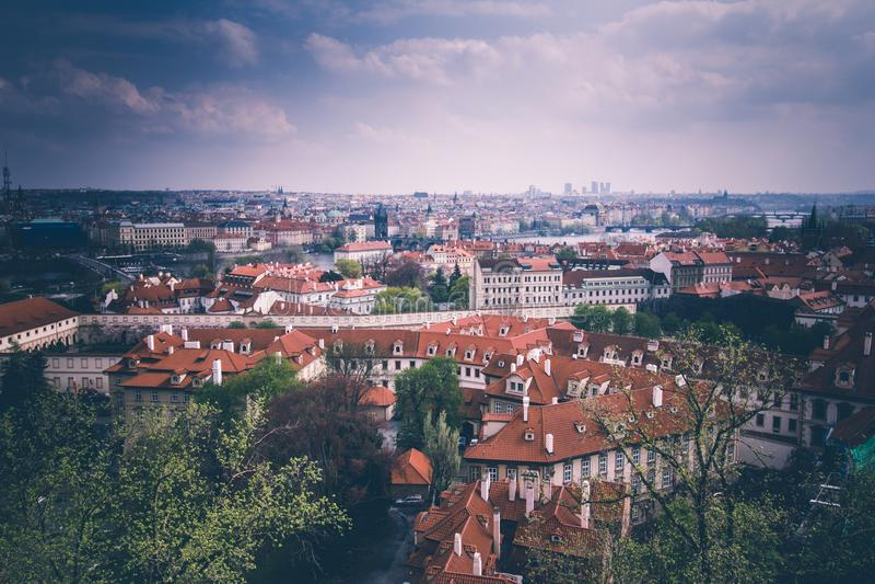 布拉格屋顶和圆顶全景  cesky捷克krumlov中世纪老共和国城镇视图 欧洲 库存图片