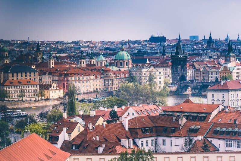 布拉格屋顶和圆顶全景  cesky捷克krumlov中世纪老共和国城镇视图 欧洲 库存照片
