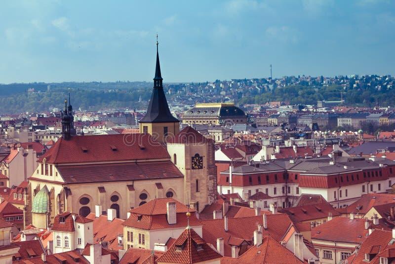 布拉格屋顶和圆顶全景  cesky捷克krumlov中世纪老共和国城镇视图 欧洲 免版税图库摄影