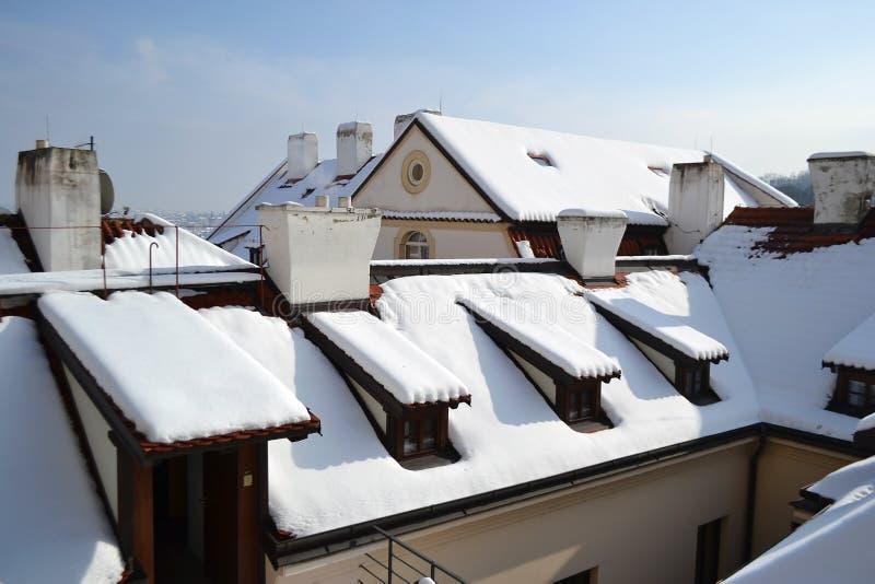 布拉格屋顶在冬天 免版税库存图片