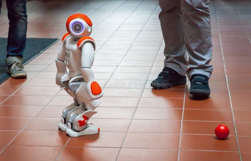 从布拉格捷克理工大学的学生创造的电子机器人 免版税库存图片