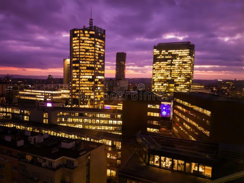 布拉格摩天大楼在与紫色天空的蓝色小时 结构现代办公室 库存图片