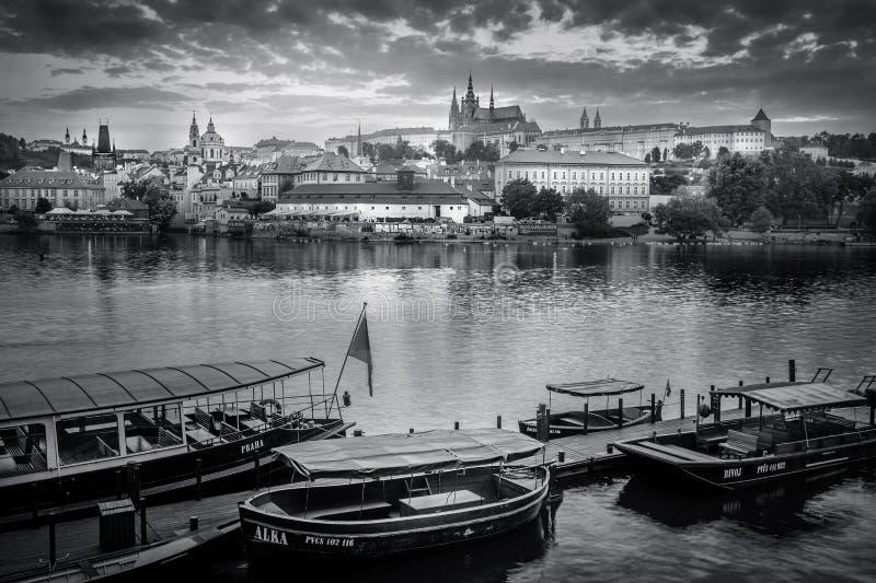 布拉格的历史的中心和河伏尔塔瓦河全视图- 库存照片