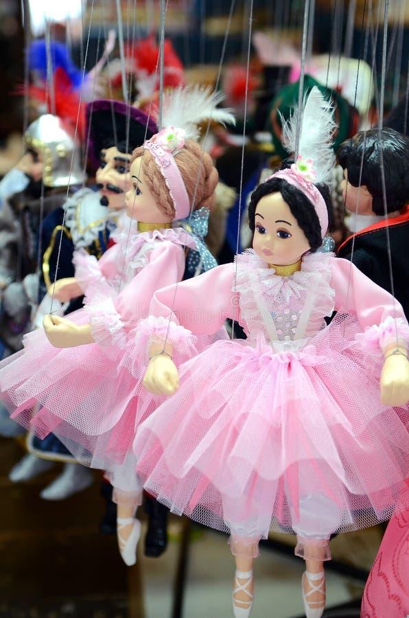 布拉格纪念品,由在礼品店的木头做的传统木偶 布拉格是捷克Republi资本和大城市 免版税库存照片