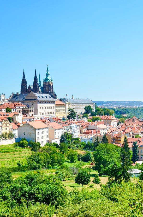 布拉格美好的地平线,捷克首都,夺取从佩特林小山在市中心 布拉格城堡和圣维塔斯 库存照片