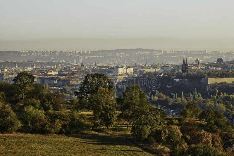 布拉格美好的HDR风景全景有从Zvahov小山采取的vysehrad城堡的 免版税图库摄影