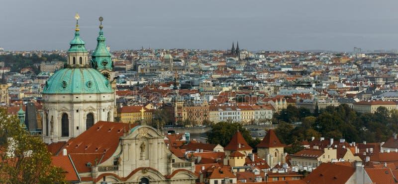 布拉格镇中心捷克,日出在天文学尖沙嘴钟楼的城市地平线 免版税库存照片