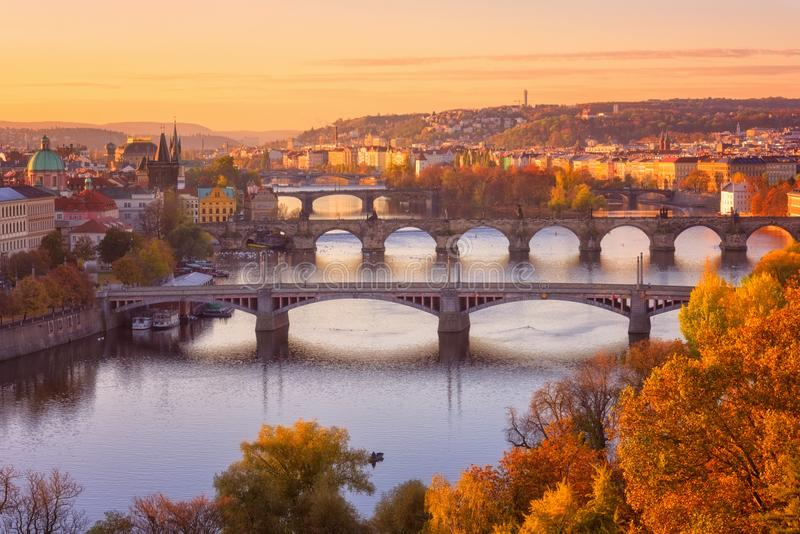 布拉格,全景向历史桥梁、老镇和伏尔塔瓦河河从普及的见解点在Letna公园,捷克 免版税库存图片
