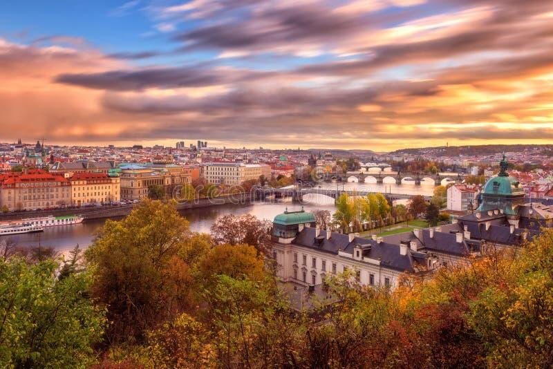 布拉格,全景向历史桥梁、老镇和伏尔塔瓦河河从普及的见解点在Letna公园,捷克 图库摄影