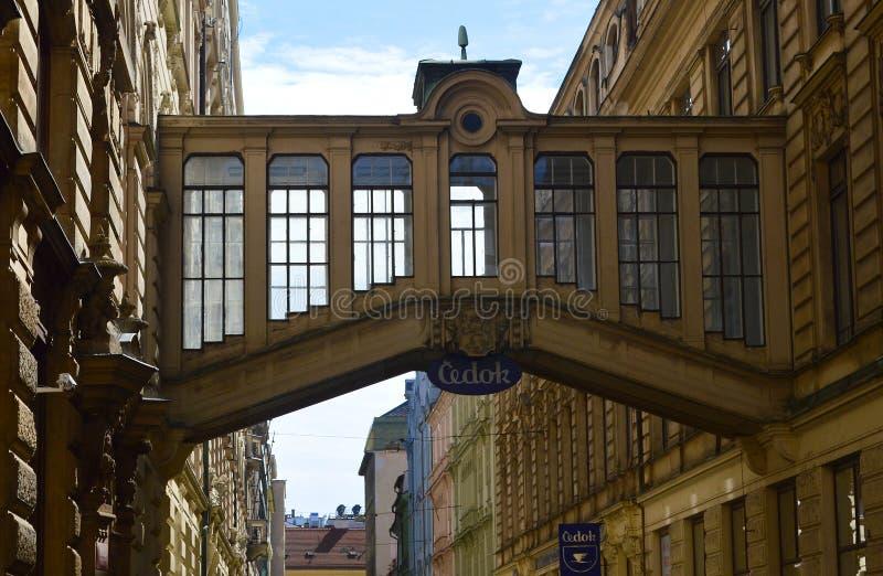 布拉格,捷克共和国 在大厦之间的桥梁横穿在从Na看见的Nekazanka街道Prikope 免版税库存图片